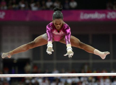 смотреть живое фото голая гимнастка габби дуглас